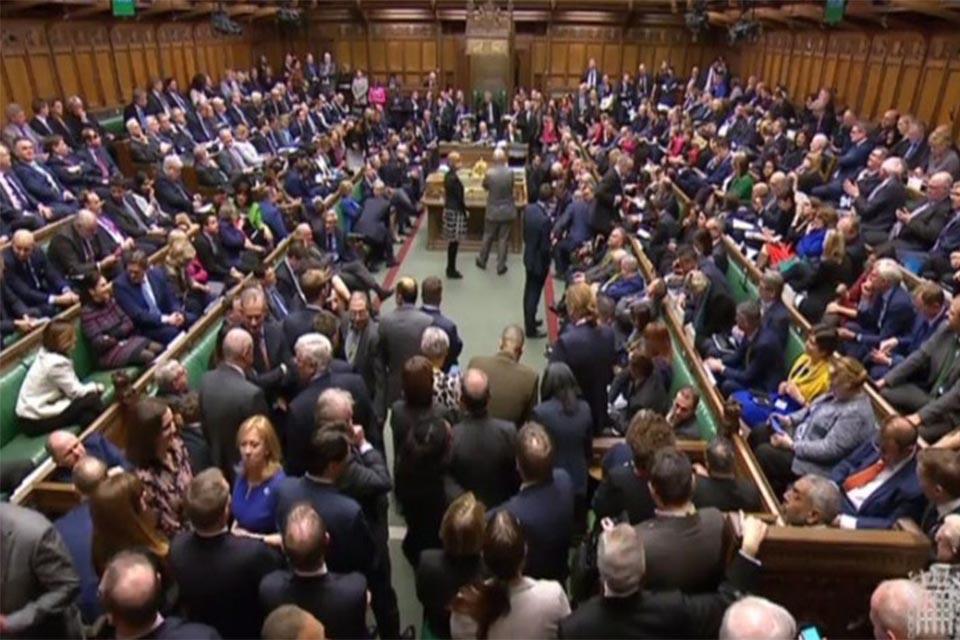 Βουλευτές καταρτίζουν πρόταση για αναβολή της αποχώρησης του ΗΒ από την ΕΕ