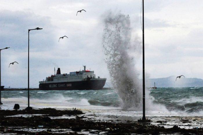 Ισχυροί άνεμοι δημιουργούν προβλήματα στις ακτοπλοϊκές συγκοινωνίες