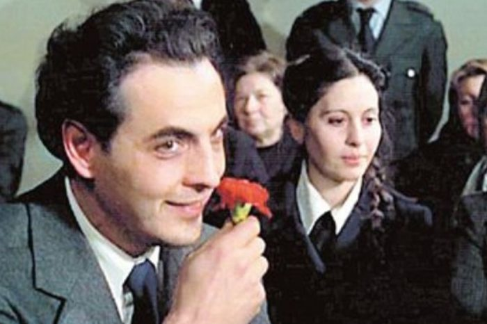"""Ο Φοίβος Γκικόπουλος που ενσάρκωσε τον """"Άνθρωπο με το γαρύφαλλο"""", στο """"Πρακτορείο"""