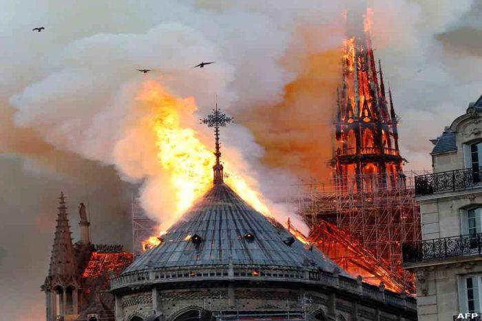 Η στέγη του Καθεδρικού Ναού της Παναγίας των Παρισίων κατέρρευσε.