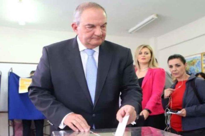 Στο 383ο εκλογικό τμήμα της Θεσσαλονίκης ψήφισε ο πρώην πρωθυπουργός Κώστας Καραμανλής