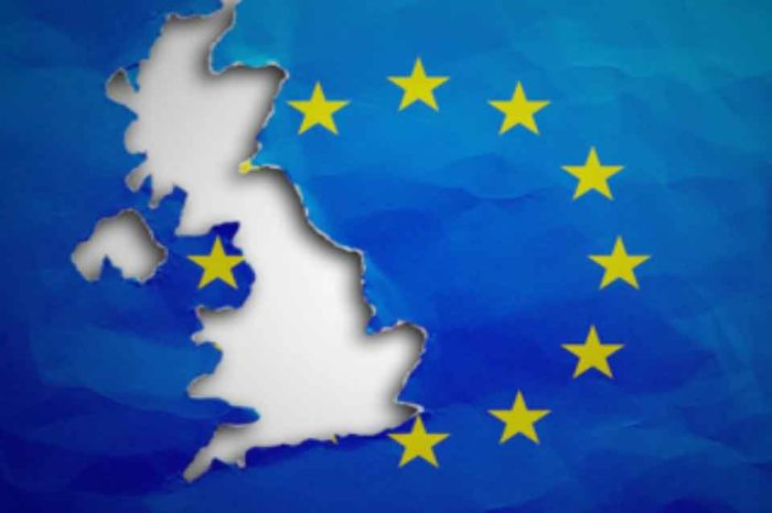 Yπογραφές στο αίτημα των πολιτών να ακυρωθεί η απόφαση του πρωθυπουργού της Βρετανίας