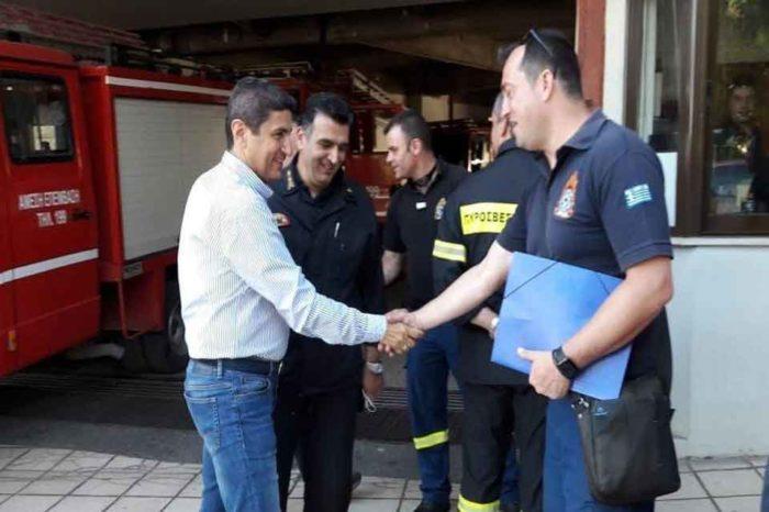 Ο Λευτέρης Αυγενάκης  μαζί με τούς Πυροσβέστες και τούς πολίτες στο Ηράκλειο