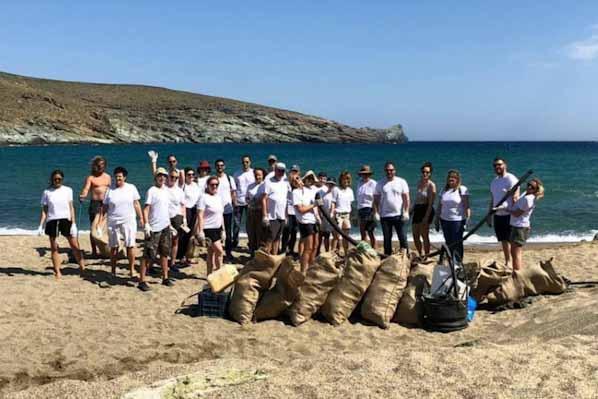 Μαρέβα Γκραμπόφσκι : Μαζί με τους εθελοντές μας καθαρίσαμε τις όμορφες παραλίες της Τήνου από τα πλαστικά