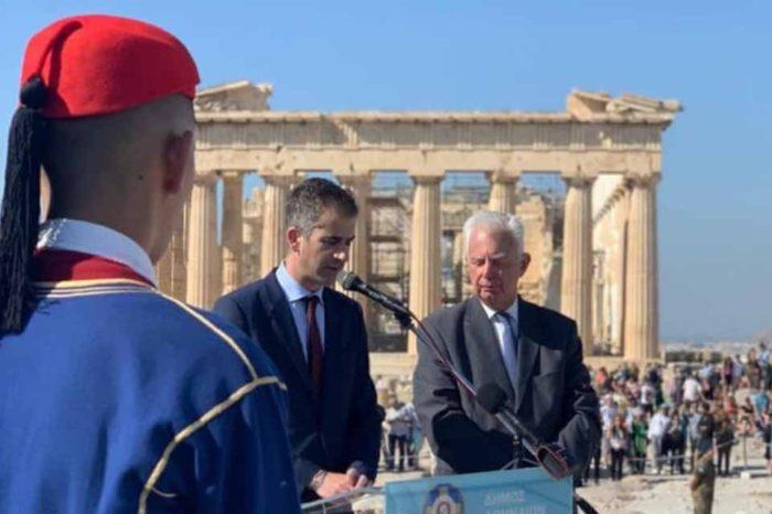 Η επετειακή έπαρση της ελληνικής σημαίας για τα 75 χρόνια από την απελευθέρωση της Αθήνας
