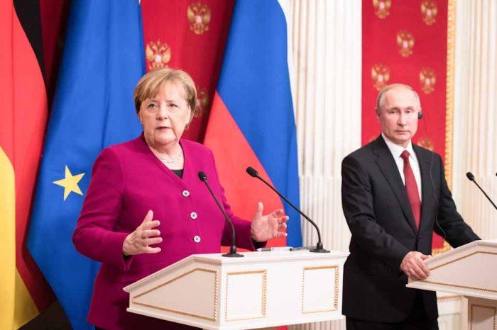 Πούτιν - Μέρκελ: Είναι καιρός να διεξαχθούν ειρηνευτικές συνομιλίες για τη Λιβύη