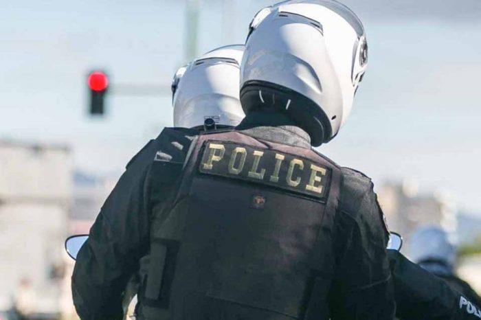Αστυνομικοί της ΕΛ.ΑΣ. πραγματοποιούν στους δρόμους , τους  ελέγχους κυκλοφορίας