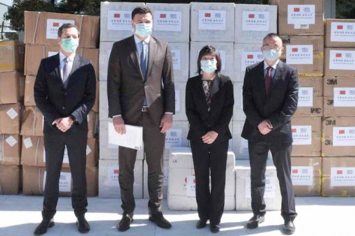 Η Πρέσβης της Κίνας Zhang Qiyue παρέδωσε 50.000 μάσκες για τις ανάγκες του ΕΣΥ