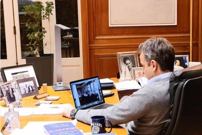 Ο πρωθυπουργός Κυριάκος Μητσοτάκης, σε τηλεδιάσκεψη με τον Καθηγητή Ν. Χρηστάκη