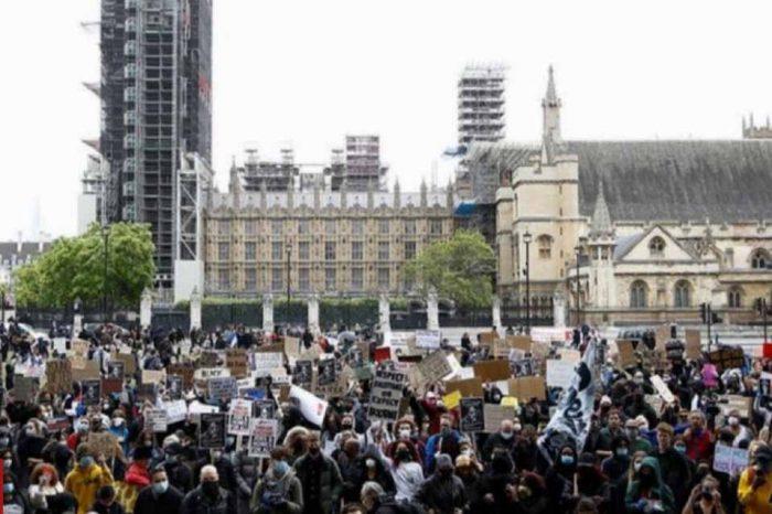 Ο ρατσισμός είναι ιός, διαδηλώνουν χιλιάδες άνθρωποι