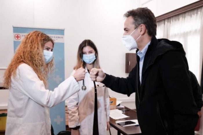 Ο Πρωθυπουργός, στους Φούρνους, όπου λειτουργεί εμβολιαστικό κέντρο για όλους τους κατοίκους